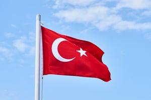 bandera-turca-fondo-cielo_1122-5930